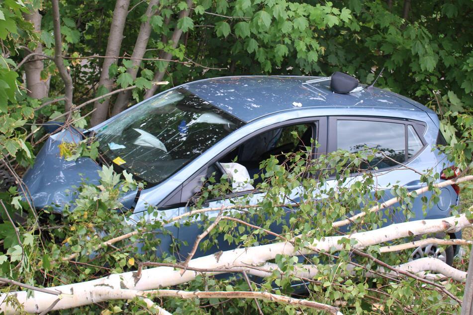 Der Hyundai der 48-jährigen Autofahrerin landete im Straßengraben, nachdem der Unfallverursacher hineingerast war.