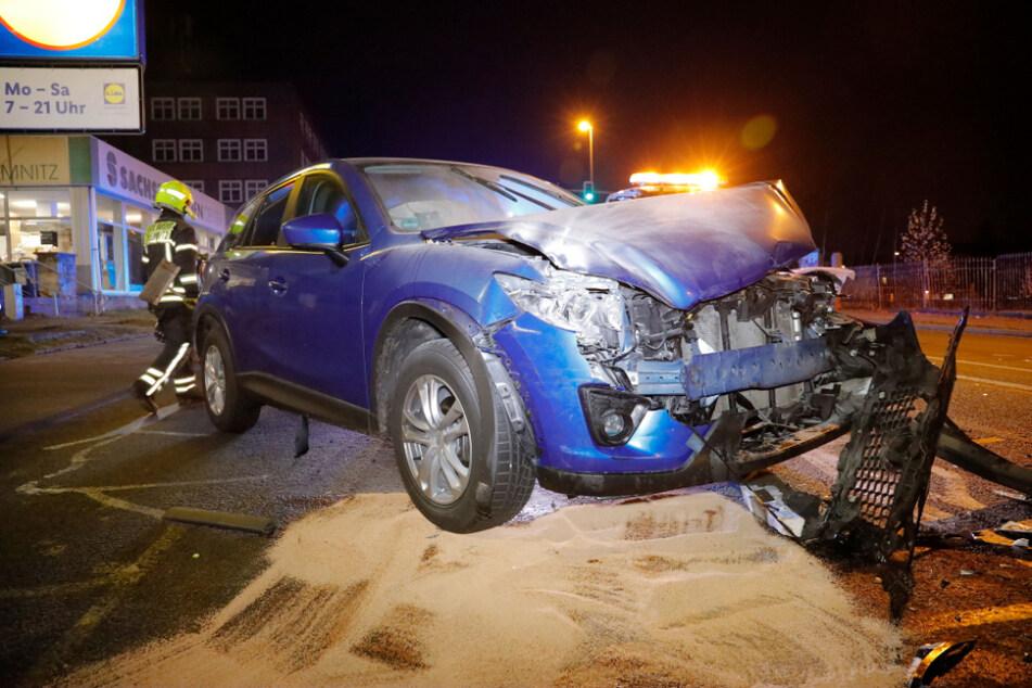 Der Mazda krachte in den herab rollenden Transporter. Die Insassen kamen verletzt in ein Krankenhaus.