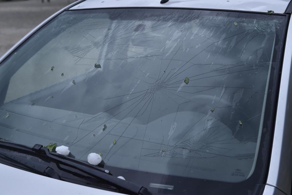 Eine zerbrochene Autoscheibe nach dem schweren Hagelsturm in Valtice.