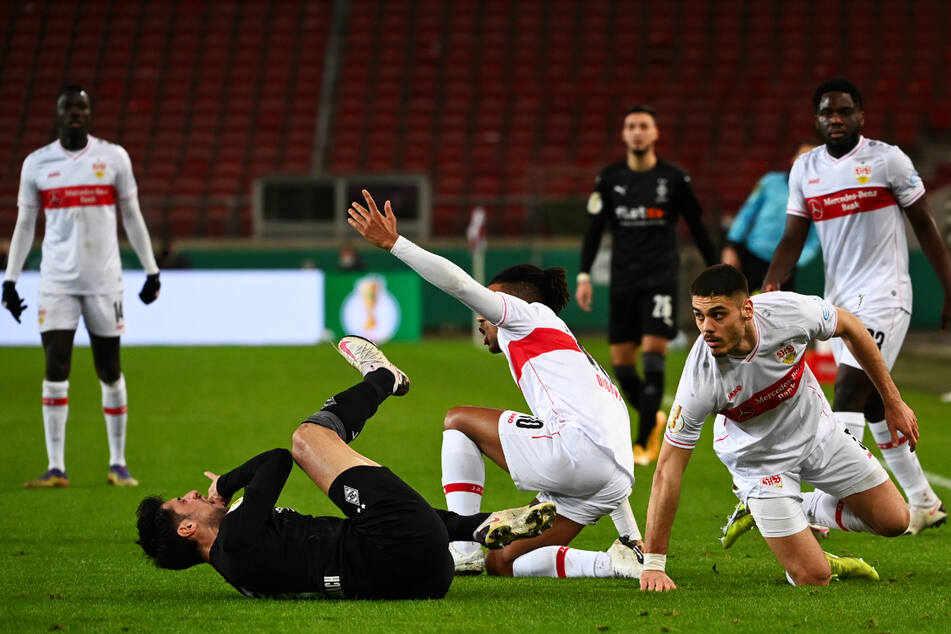 Lars Stindl (l.) wird von VfB-Verteidiger Konstantinos Mavropanos (r.) zu Boden gebracht.