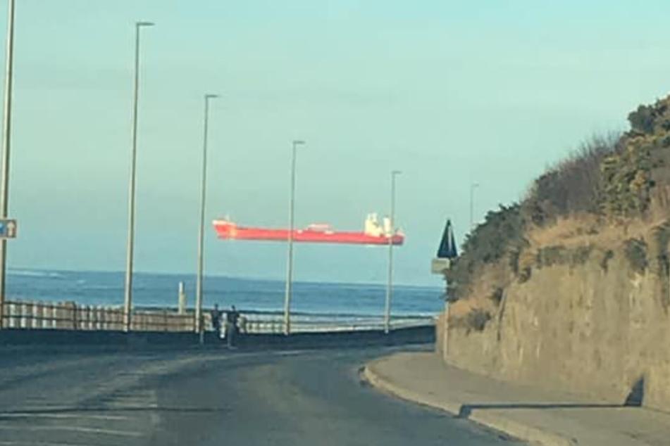 Fährt dieser Frachter etwa nicht auf dem Wasser, sondern durch die Lüfte?