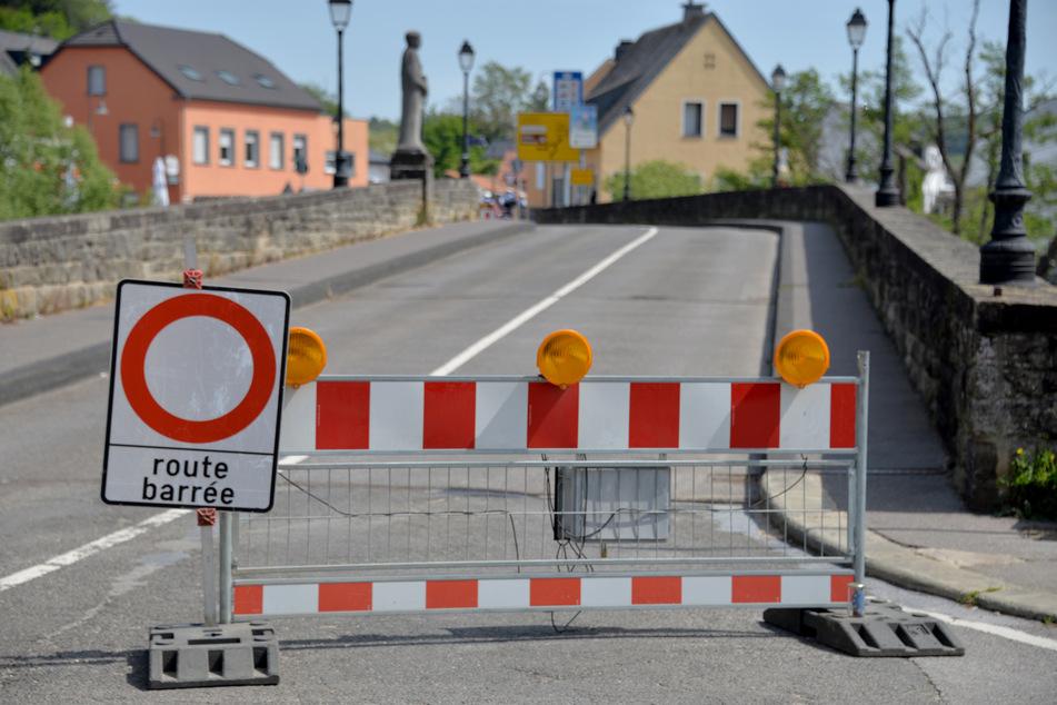 Eine Sperre steht auf der luxemburgischen Seite der Grenzbrücke nach Deutschland.