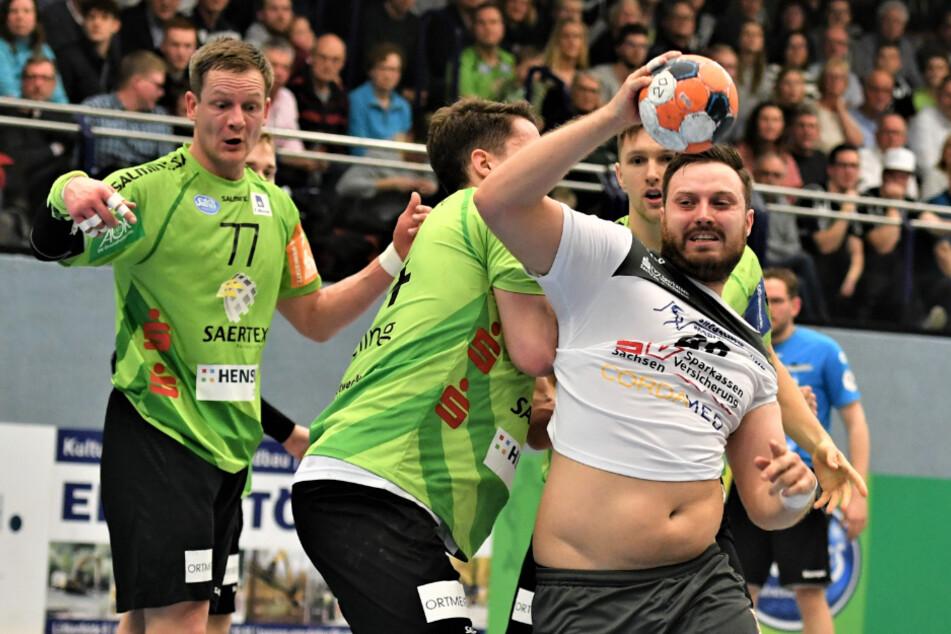 Jonas Thümmler (am Ball) setzte sich vor allem in der ersten Halbzeit immer wieder erfolgreich am Kreis durch. Am Ende stand für ihn fünf Treffer zu Buche.