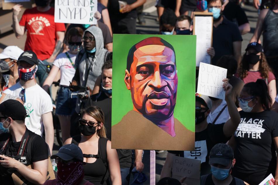 """Auf einem """"Black Lives Matter""""-Protest in New York wird das Gesicht des verstorbenen George Floyd hochgehalten. (Archivbild)"""