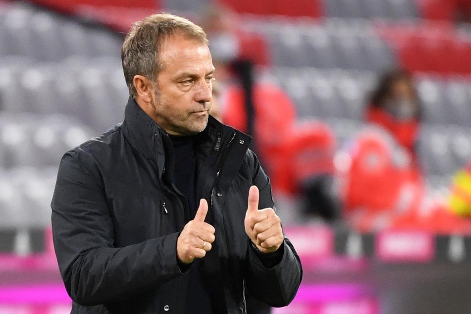 Münchens Trainer Hansi Flick fordert, dass sich auch Fußballer an die Corona-Regeln halten sollen.
