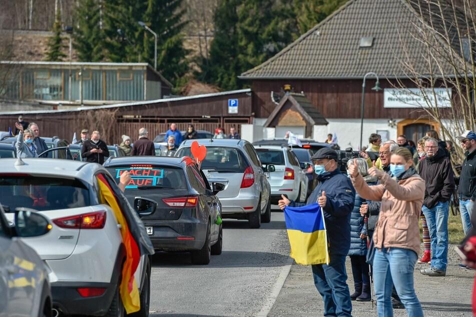 Neben den Autokorsos waren auch einige Demonstranten zu Fuß vor Ort.
