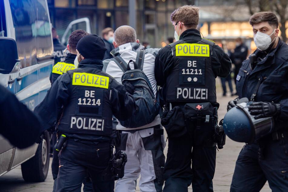 Ein Teilnehmer einer Demonstration gegen Corona-Maßnahmen im April 2021 wird von der Polizei in Berlin-Spandau abgeführt.