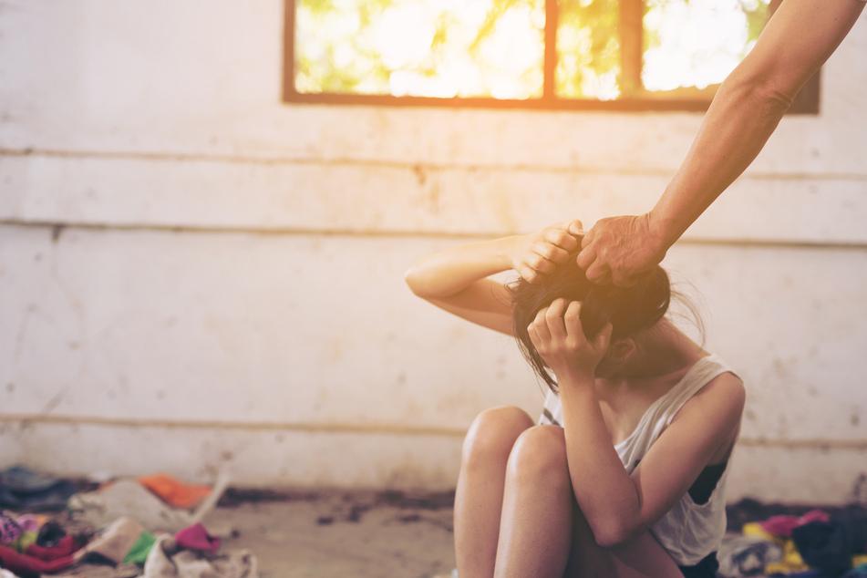 Inzest! Vater vergewaltigt Tochter (16) mehrfach, dann macht es ihm sein Stiefsohn nach