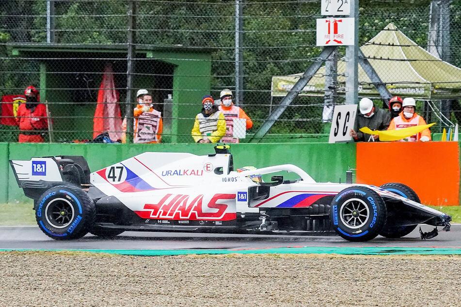 Mick Schumacher (22) vom Haas F1 Team mit Flügelschaden auf der Strecke.