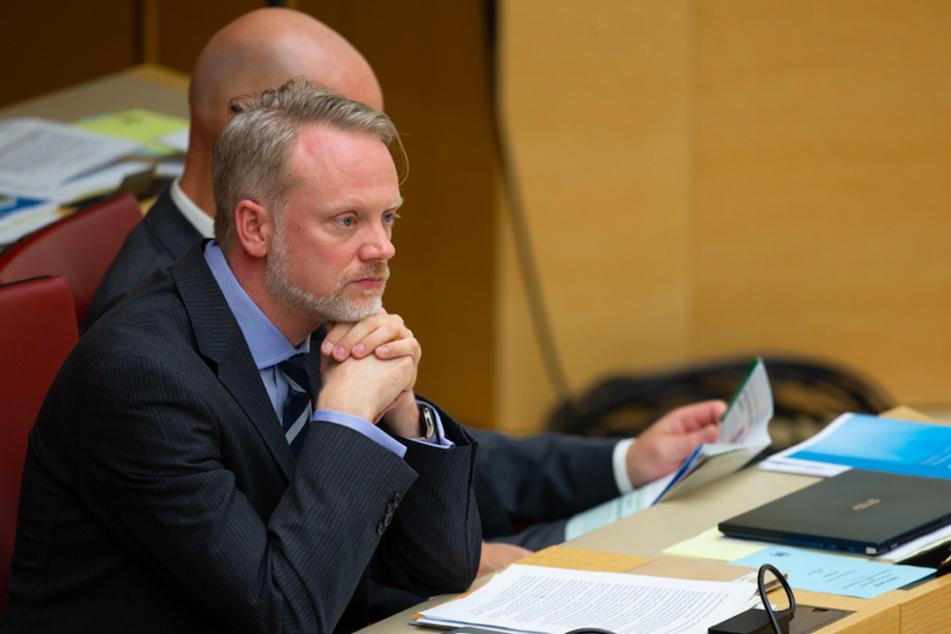 Der Landtagsabgeordnete Ulrich Singer (44, AfD) sitzt bei einer Plenarsitzung im bayerischen Landtag.