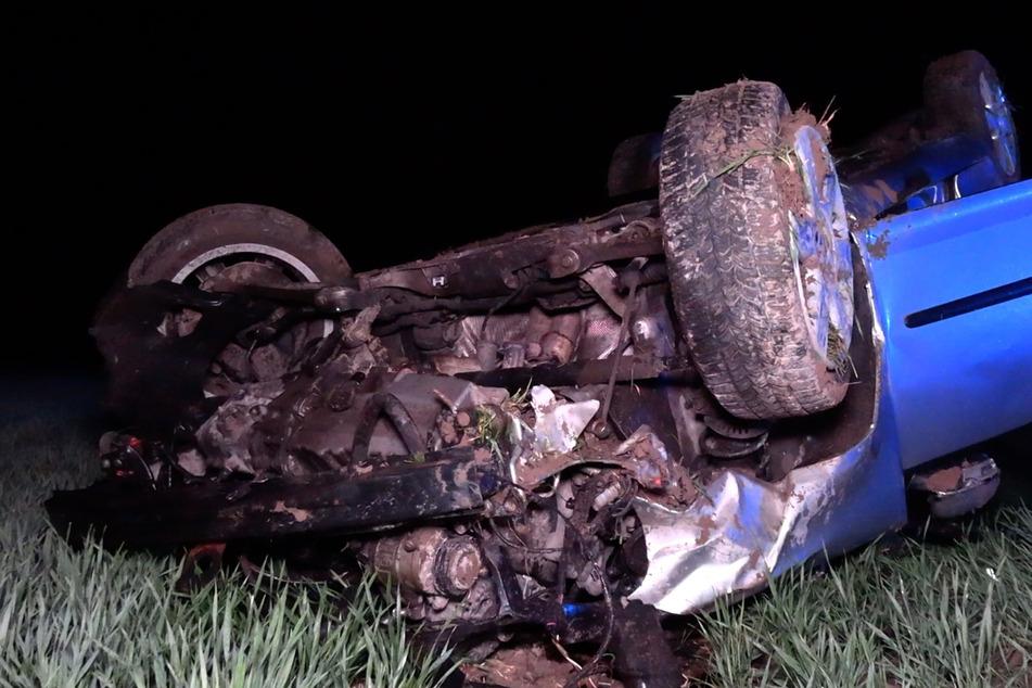 Auto überschlägt sich und landet auf Dach: Fahrer schwer verletzt