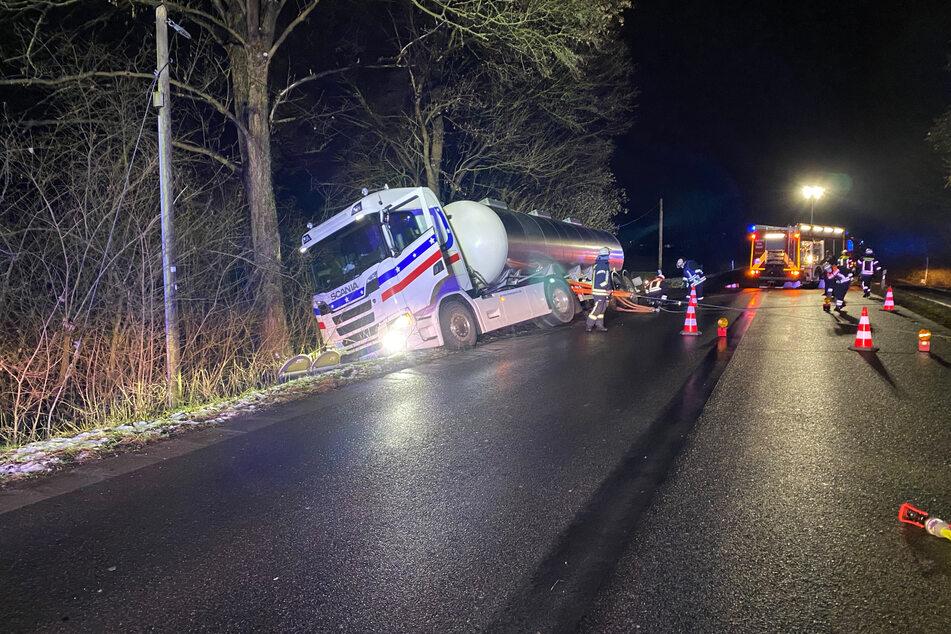 Rösrath: Milchlaster landet im Graben, Fahrer schlief am Steuer ein