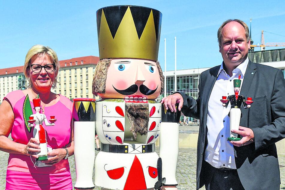 """OB Dirk Hilbert (48, FDP) mit Tourismusministerin Barbara Klepsch (55, CDU) auf dem Altmarkt. Klepsch plant ein sachsenweites """"Weihnachtsmarkt-Forum"""" zum Austausch mit den Kommunen."""