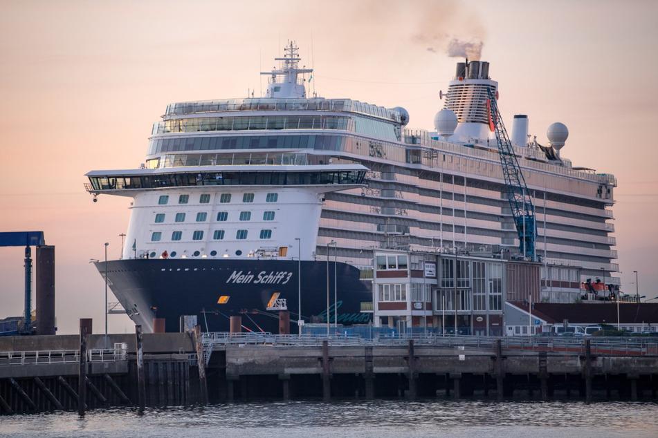 """Von und nach Kiel dürfen derzeit wegen der verschärften Coronaregeln keine Kreuzfahrten stattfinden. Auf dem Foto ist die """"Mein Schiff 3"""" zu sehen."""