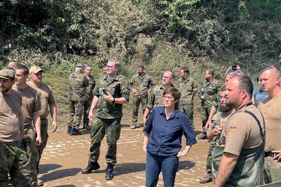 Verteidigungsministerin Annegret Kramp-Karrenbauer (CDU) ist zu Besuch bei Soldaten im Hilfseinsatz nach dem schweren Unwetter in Erfstadt.