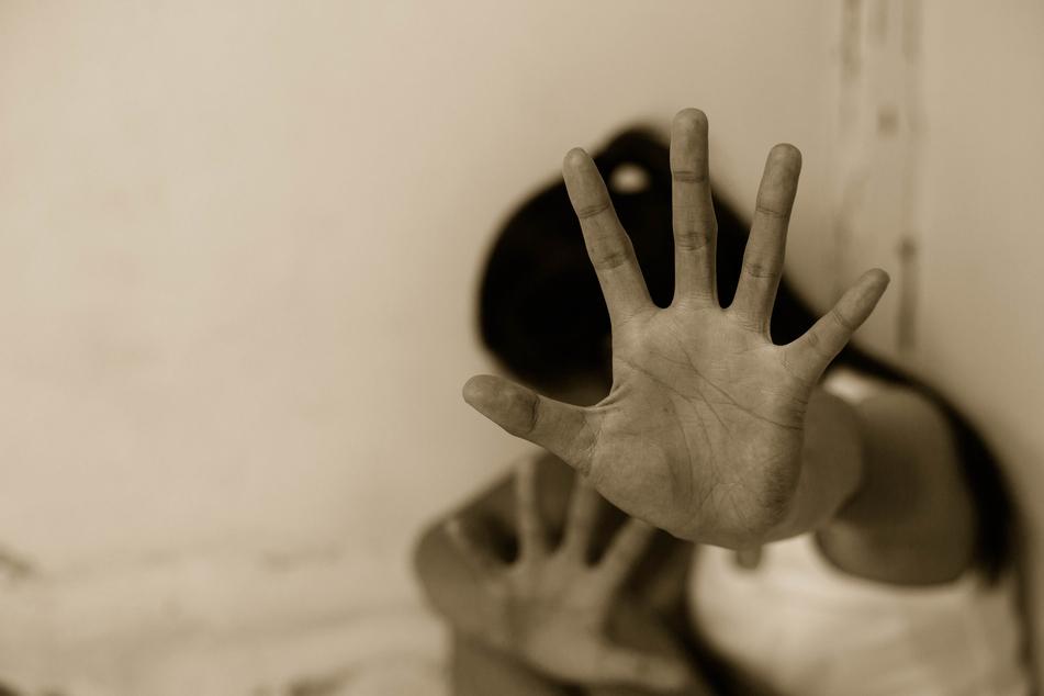 """Inzest! """"Wir waren allein zu Hause, da vergewaltigte er mich"""": Tochter (16) klagt ihren Vater (35) an"""