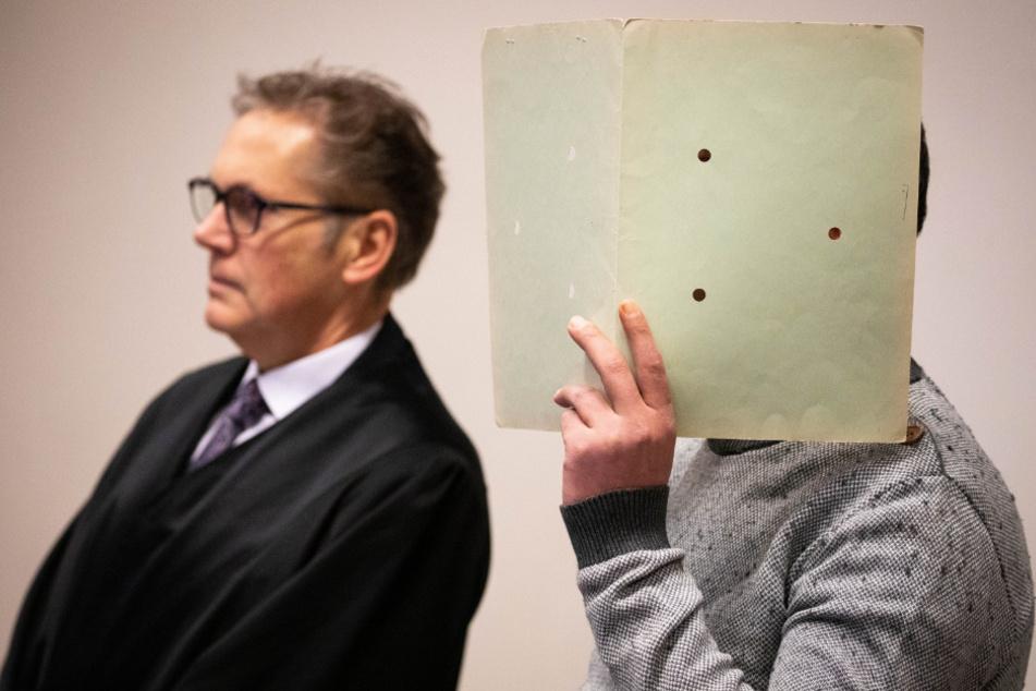 Der 37-jährige Angeklagte steht neben seinem Anwalt Philipp Gerigk (l) vor Beginn eines Prozesses.