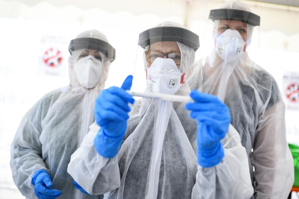 Mit Hochdruck wird an einem Impfstoff gegen das Coronavirus gearbeitet.