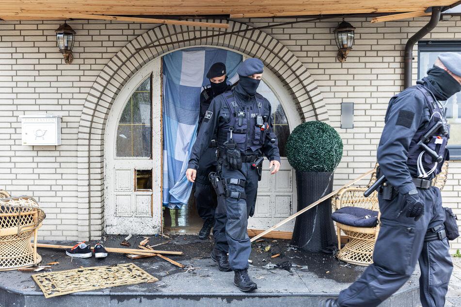 Eine Spezialeinheit der Polizei hatte am Dienstag die Haustür zu dem Anwesen der Leverkusener Clan-Familie aufgesprengt.