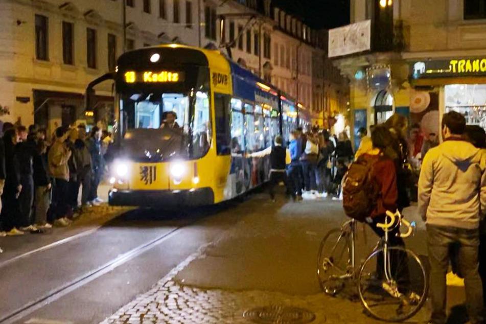 Es gibt sie wieder: Die Straßenbahnstreichler an der Ecke Rothenburger-/Louisenstraße.