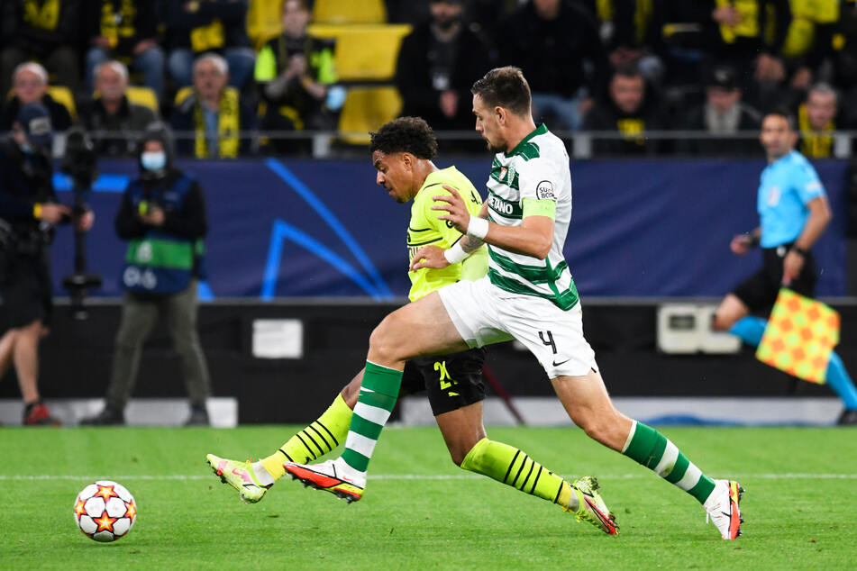 Die Führung für den BVB: Donyell Malen (l.) setzt sich gegen Sportings Innenverteidiger Sebastian Coates durch und schießt zum 1:0 ein.