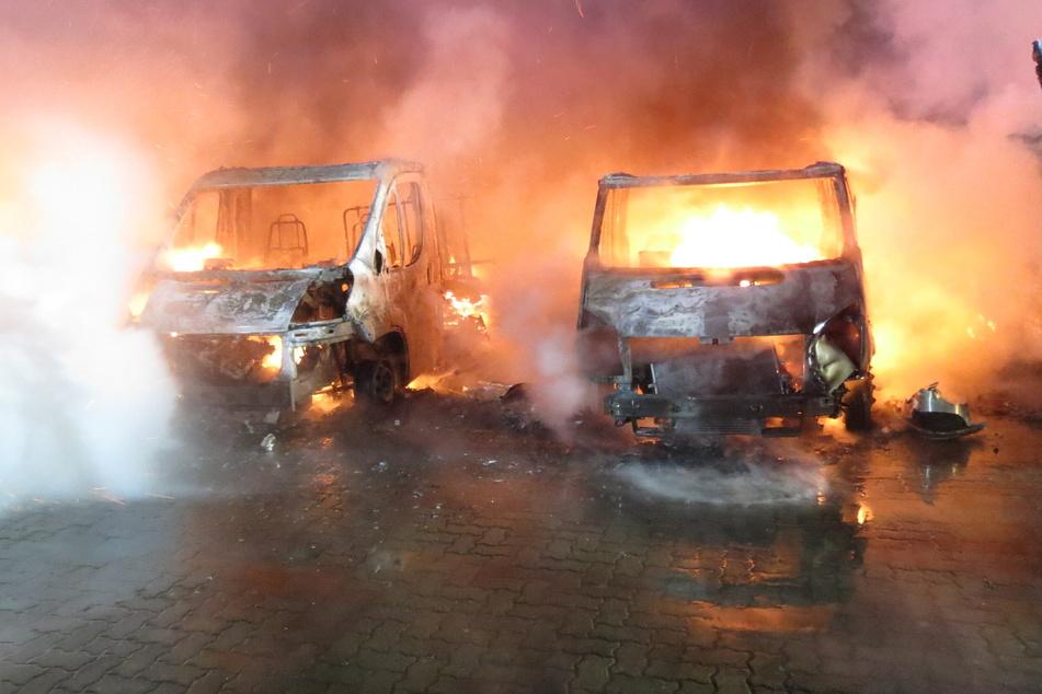 Feuer auf Geländes eines Wohnmobilhändlers: Sechs Fahrzeuge zerstört, sieben beschädigt!