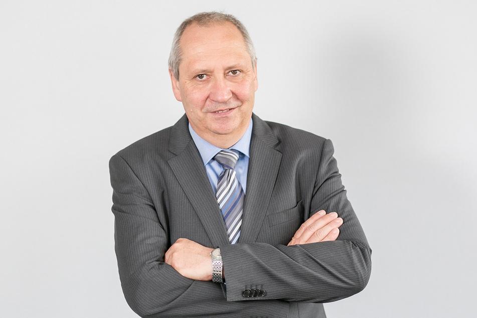 Arbeitgeberpräsident Jörg Brückner (61) kritisiert den langsamen Ausbau der Bahnstrecke Chemnitz - Leipzig.