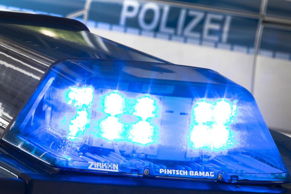 Ein Blaulicht leuchtet auf dem Dach eines Polizeiwagens. (Symbolfoto)