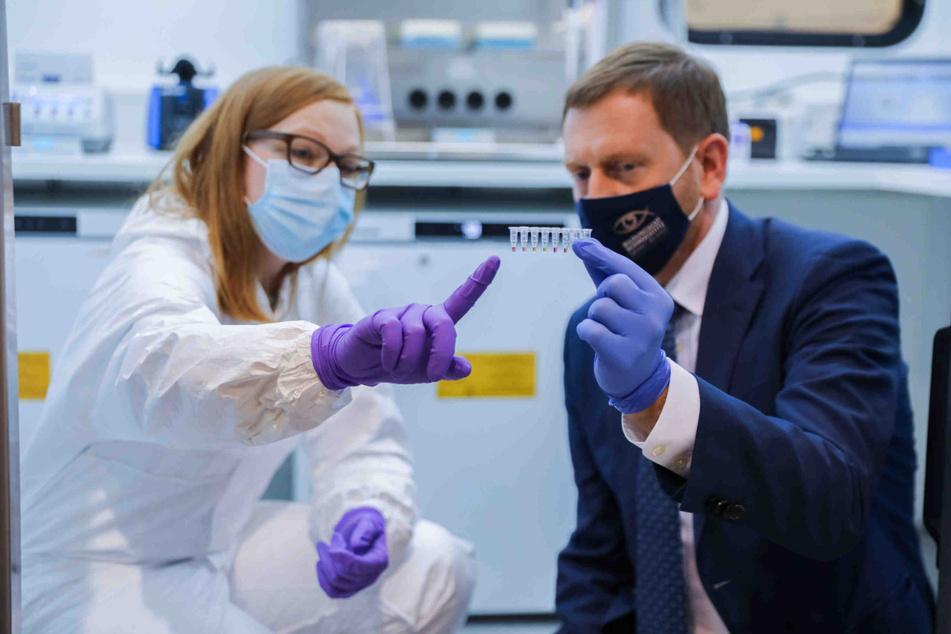 Sachsens Ministerpräsident Michael Kretschmer (45, CDU) lässt sich von einer Mitarbeiterin der Fraunhofer-Gesellschaft das Analyseverfahren erklären.