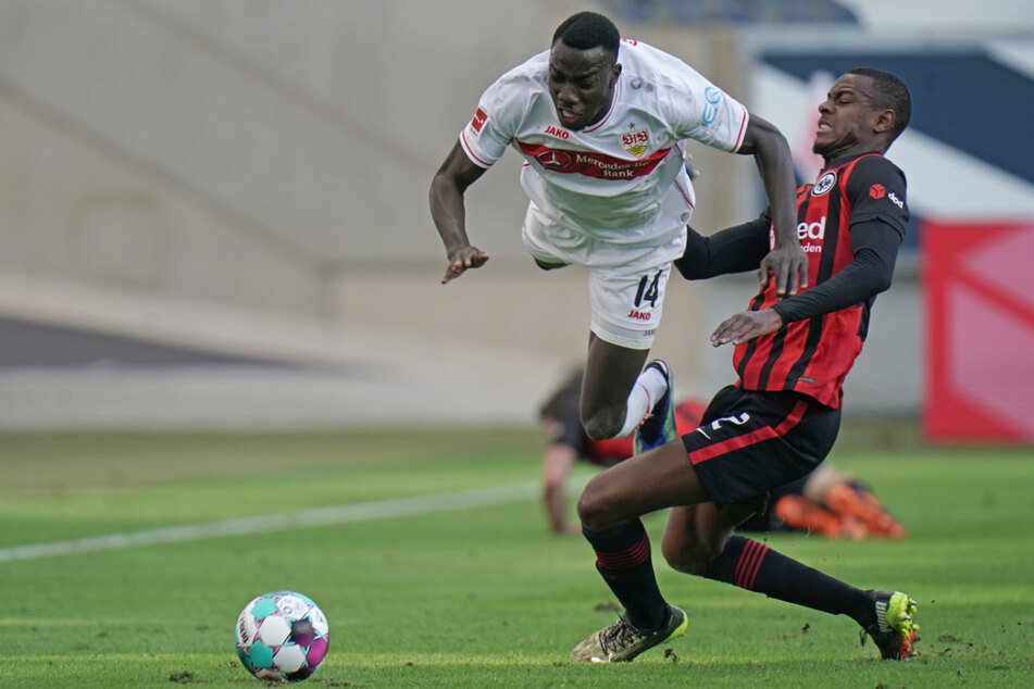 Eintracht Frankfurts Evan Ndicka (21, r.) holt VfB-Angreifer Silas Wamangituka (21) regelwidrig von den Beinen, ansonsten ließ sich der Kongolese aber selten aufhalten.