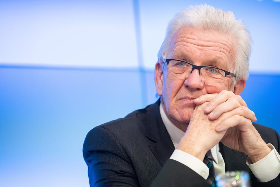 """Winfried Kretschmann (72, Bündnis 90/Die Grünen), Ministerpräsident von Baden-Württemberg, mahnte, dass Schnelltest mit einem """"großen organisatorischen Aufwand"""" verbunden seien und erklärte, dass die Test-Infrastruktur schon da sein müsse, """"damit man die Teststrategie mit der Öffnungsstrategie verbinden kann""""."""
