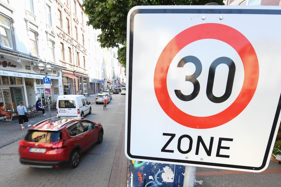Laut dem Baden-Württemberg-Chef des ADAC, Dieter Roßkopf, gilt auf nahezu 85 Prozent aller Straßen in Städten ohnehin schon Tempo 30.