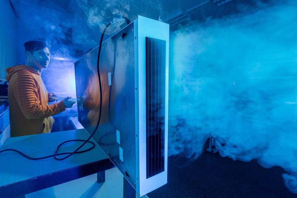 Entwicklungsleiter Daniel Hoyer (38) prüft mithilfe einer Nebelmaschine und Zeitlupenaufnahmen, ob angesaugte Luft lang genug im Luftfilter bleibt, um die Viren abzutöten.