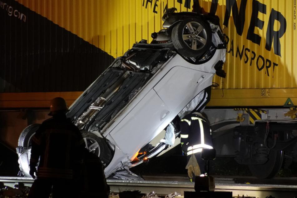 Der Fahrer (21) des Seat konnte sich noch vor dem Zusammenstoß mit dem Güterzug aus seinem Fahrzeug befreien.