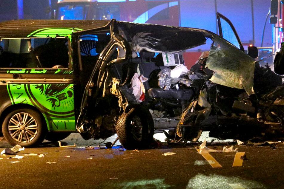 Transporter kracht gegen Baum: Beifahrer stirbt!