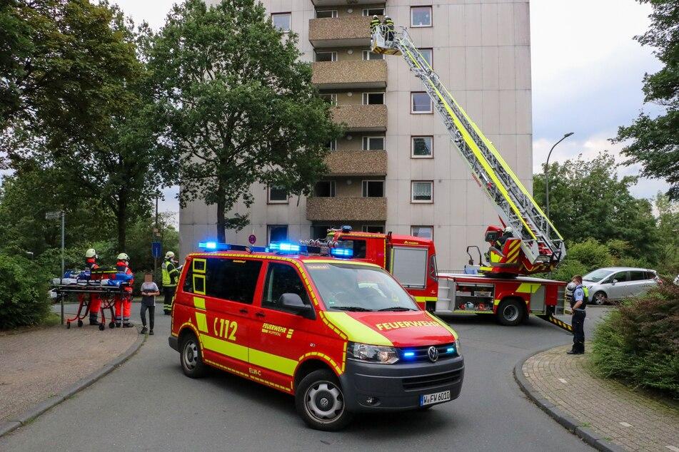 Die Feuerwehr rückte mit Rettungsleitern an, um Bewohner zu evakuieren.