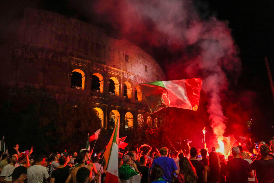 Italiens Fans feiern vor dem antiken Kolosseum in Rom.
