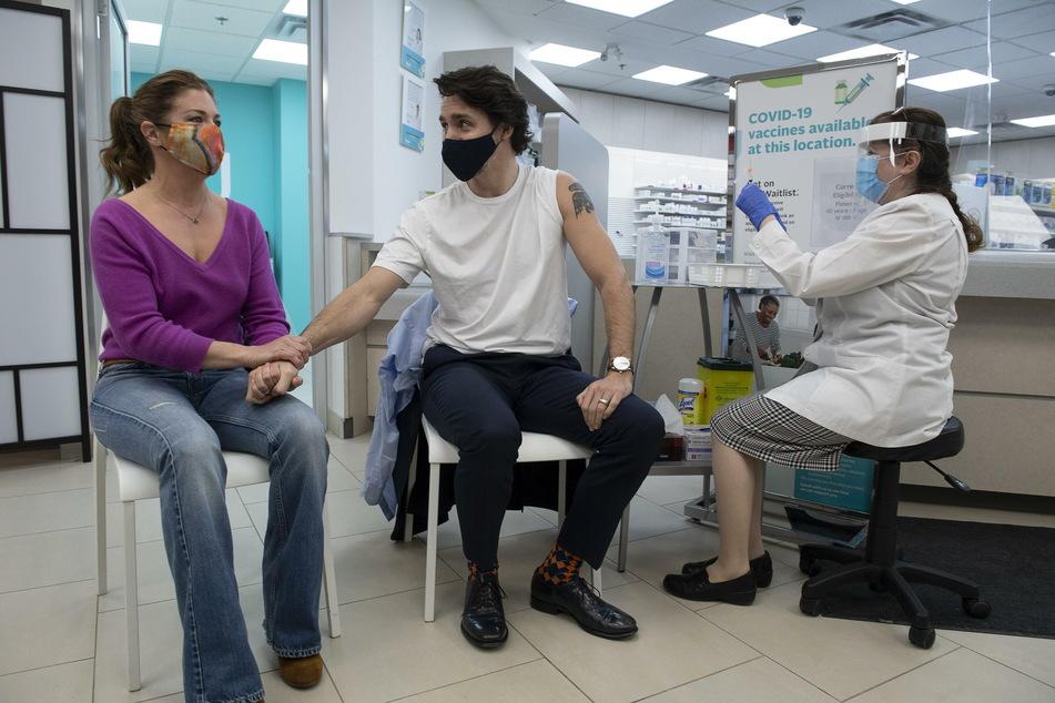 Kanadas Premierminister Justin Trudeau (49, M.) ließ sich am Freitag kurz nach der Ankündigung der weiteren Einschränkungen mit AstraZeneca impfen.