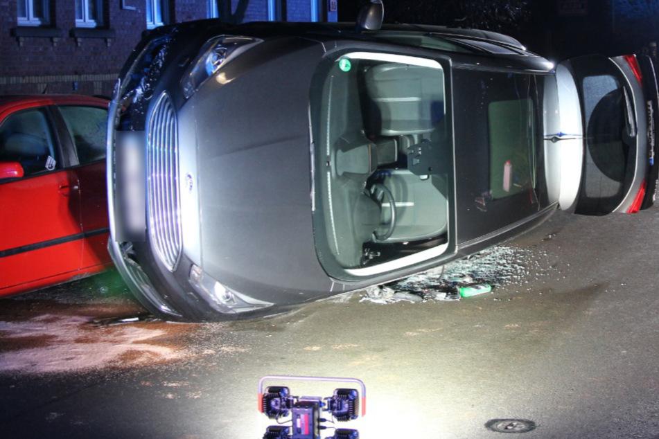 Crash-Chaos in Leipzig: 51-Jährige rammt Autos und bleibt mit Ford auf Seite liegen