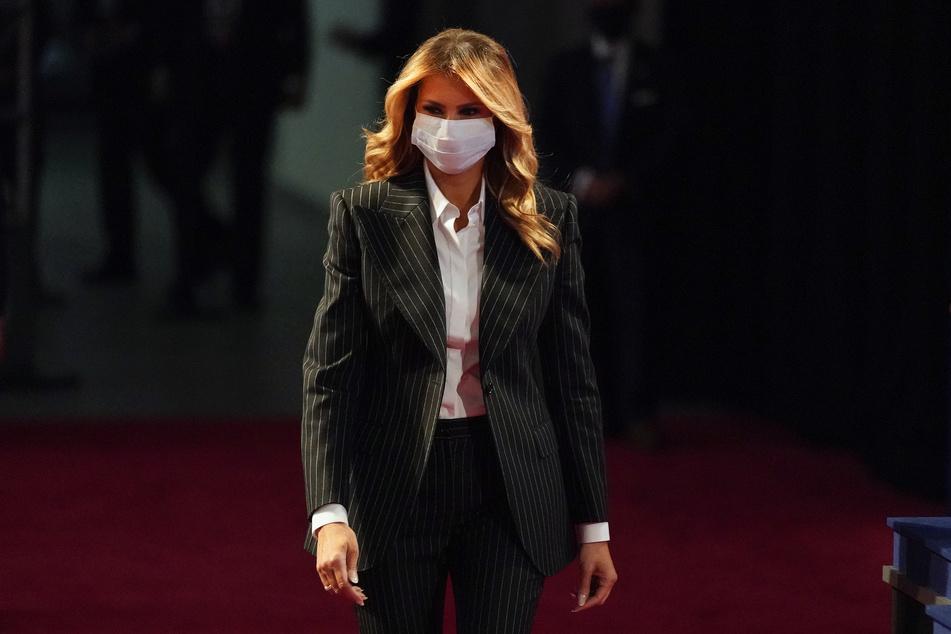 Fast zwei Wochen nach ihrer Corona Diagnose hat First Lady Melania Trump bekannt gegeben dass sich neben US-Präsident Trump und ihr auch Sohn Barron mit dem Virus angesteckt hatte