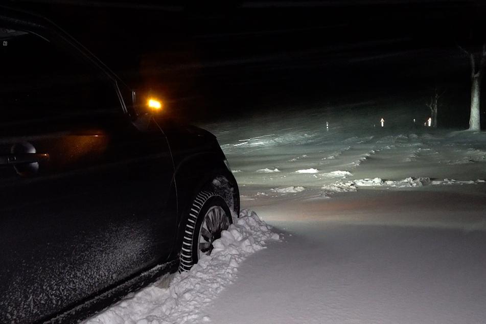 Autos blieben teilweise auf der Straße in den Schneeverwehungen stecken.