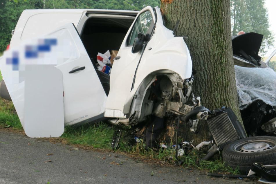 Tödlicher Crash im Erzgebirge: Transporter kracht gegen Baum