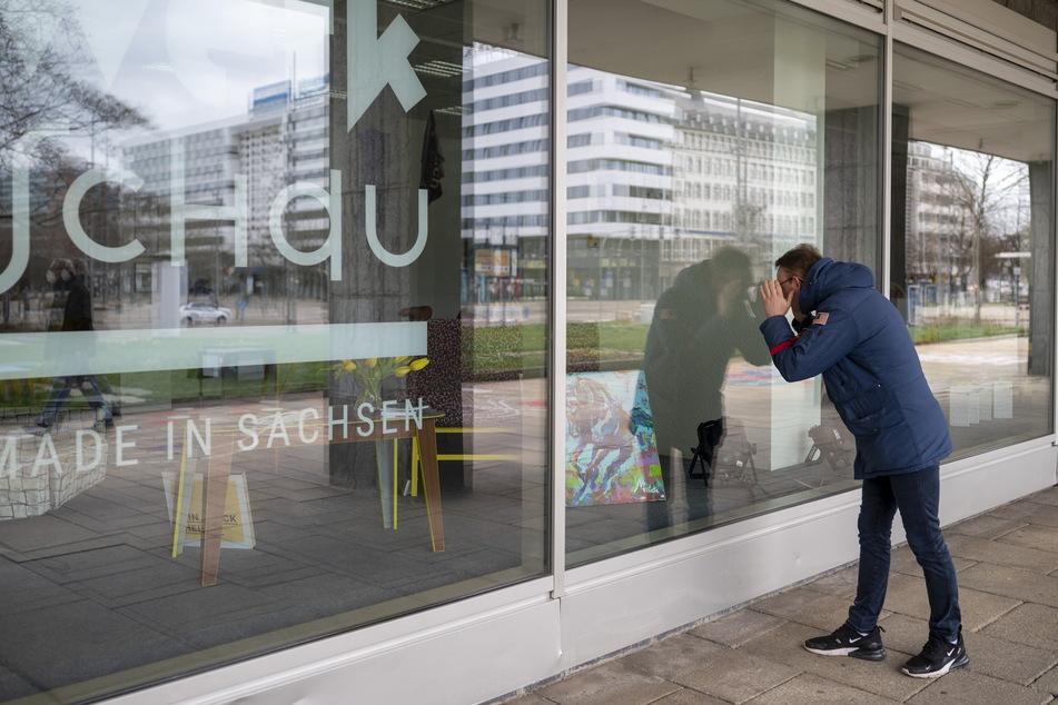 """Jens Griessenauer (33) """"besucht"""" die neue Ausstellung hinter dem Marx-Monument."""
