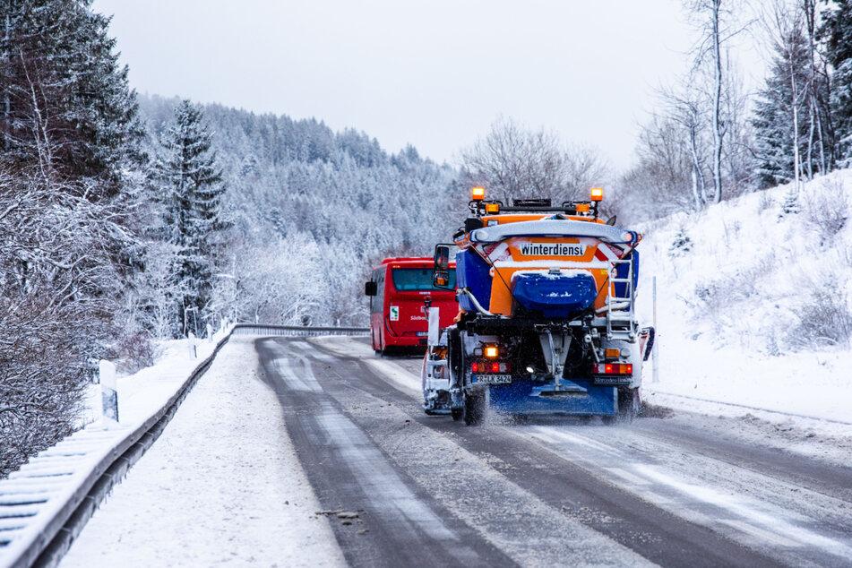Der Deutsche Wetterdienst warnt weiterhin vor glatten Straßen. (Symbolbild)
