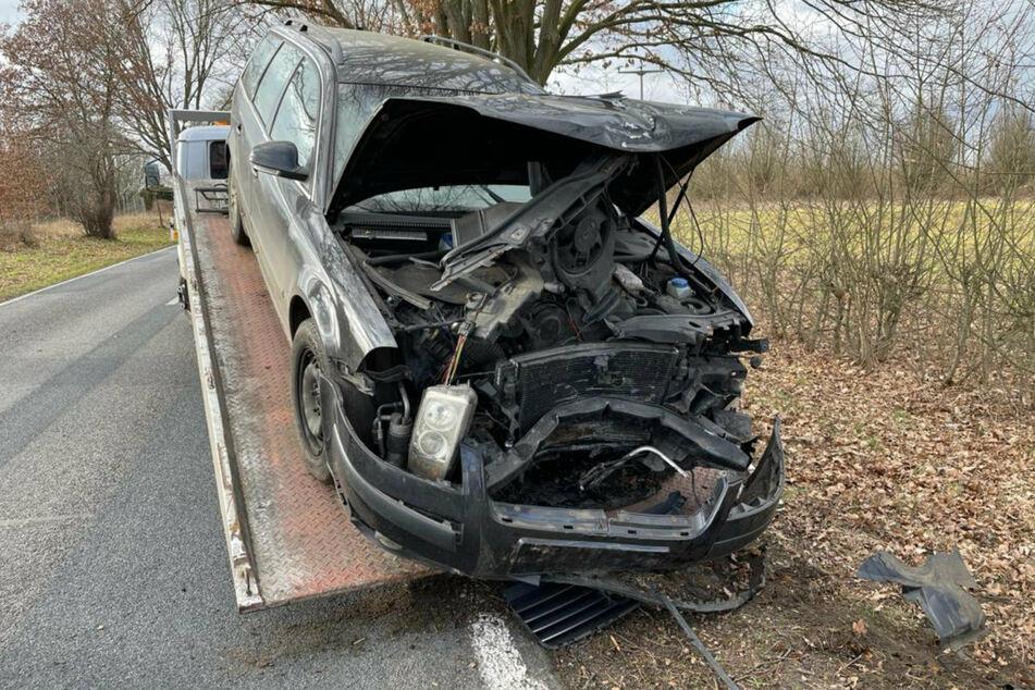 Tödlicher Unfall: Auto kommt von Fahrbahn ab und prallt gegen Baum