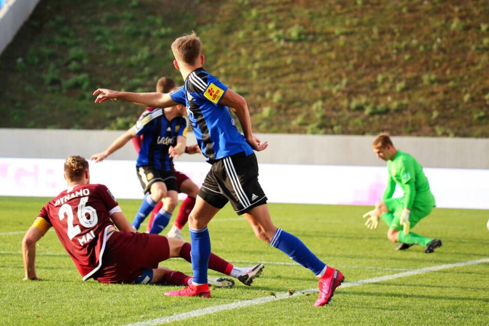 Der Nackenschlag in der Nachspielzeit: Sebastian Jacob (M.) trifft zum 2:1 für Saarbrücken.