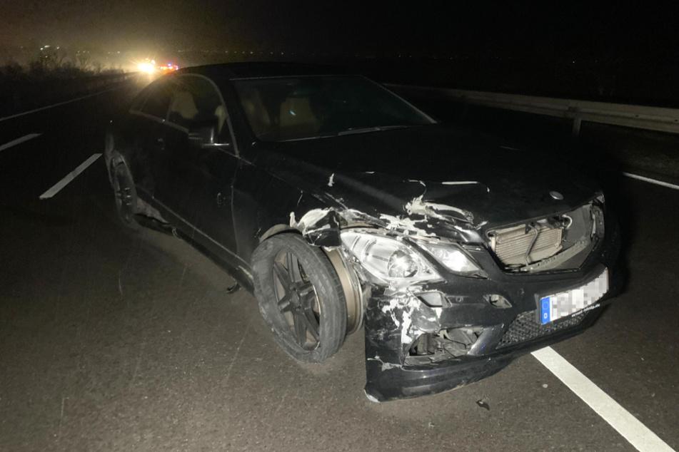 Der Mercedes-Fahrer soll auf seiner Flucht drei Polizeiwagen gerammt haben.