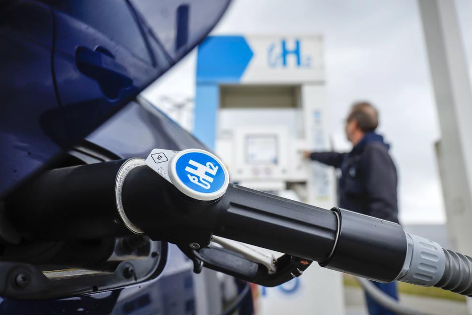 Wasserstoff tanken funktioniert ganz einfach - doch Wasserstofftankstellen sind noch rar.