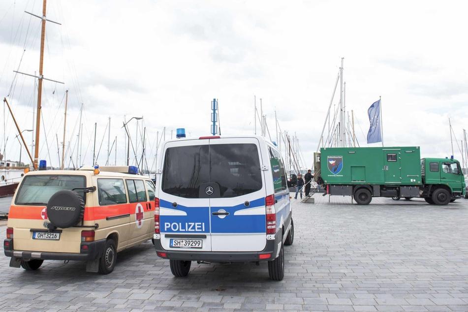 Die Polizei sucht im Nord-Ostsee-Kanal nach Waffenteilen. (Archivbild)