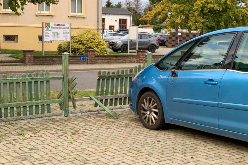 Sowohl das Auto als auch der Zaun wurden bei der Auseinandersetzung in Mitleidenschaft gezogen.